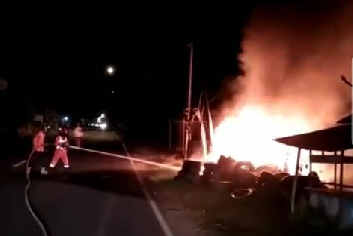 Tangkapan video pemadaman api yang dilakukan petugas Damkar BPBD Tuban, Minggu (4/4/2021). (Foto: Dokumen)