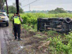 Pihak kepolisian mengamankan lokasi kecelakaan di Jalur Pantura Tuban. (Foto: Humas Polres Tuban)