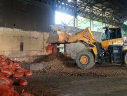 Proses pemusnahan jahe segar impor yang mengandung tanah berhama. (Foto: Mochamad Abdurrochim/Tugu Jatim)