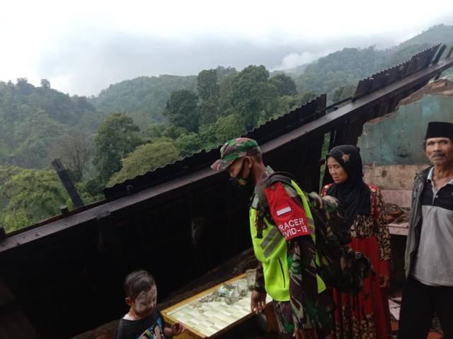 Anggota jajaran Kodim 0819 Pasuruan melakukan pendataan ke daerah-daerah terdampak gempa di wilayah Pasuruan akibat gempa Malang M 6.1, Sabtu (10/4/2021) kemarin. (Foto: Kodim Pasuruan)