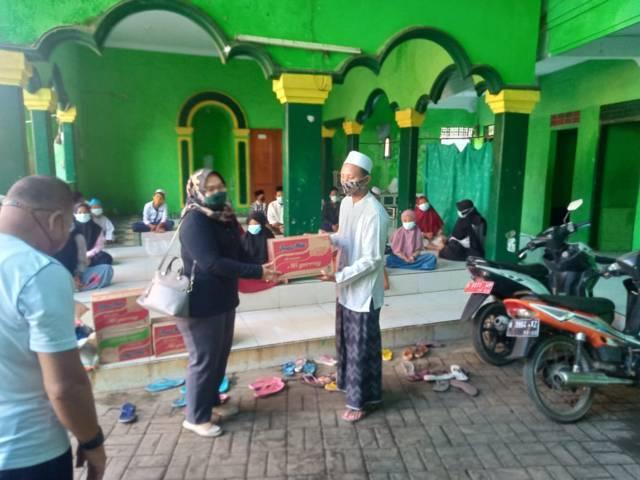 Ketua Persit Kartika Chandra Kirana Cab. XXXIII Kodim 0819 Pasuruan, Ny. Dini Ekawaty Nyarman melakukan kunjungan ke Yayasan Yatim Piatu Al Muttaqin, Kota Pasuruan, Senin (12/4/2021). (Foto: Dokumen/Kodim Pasuruan)