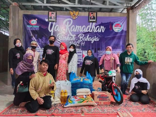 Komunitas DC² yang menyalurkan menu berbuka puasa di Panti Asuhan Yasibu Kota Malang, Jumat (30/4/2021). (Foto: Dwi Lindawati/Tugu Jatim)