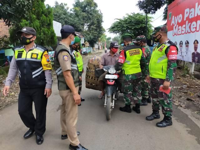 Operasi Tertib Masker dari unsur TNI, Polri, dan Satpol PP di Kecamatan Grati, Kabupaten Pasuruan, Minggu (4/4/2021). (Foto: Dokumen/Kodim Pasuruan)