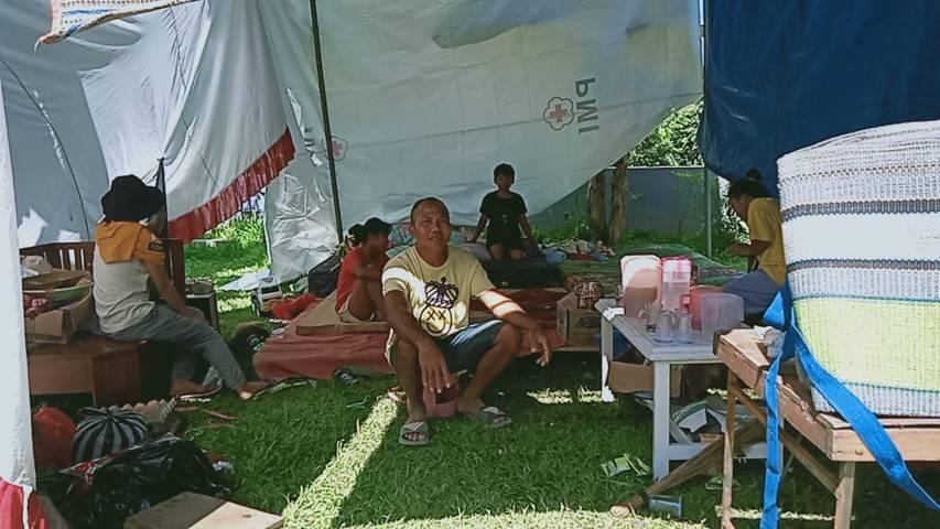 Yonathan Priagung, salah satu korban gempa asal Dampit, Kabupaten Malang yang kini harus tinggal di tenda sementara lantaran rumahnya retak. (Foto: Rizal Adhi/Tugu Malang/Tugu Jatim)