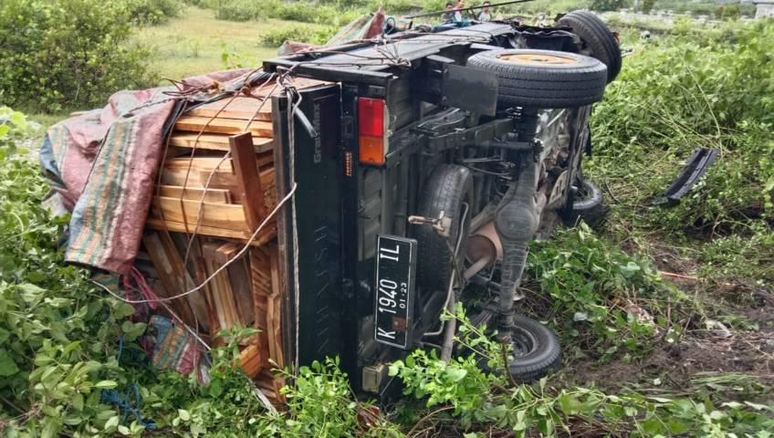 Mobil pikap bermuatan perabot mebel yang terlibat kecelakaan dan terguling di Jalur Pantura, Tuban, Rabu (7/4/2021) pagi. (Foto: Humas Polres Tuban)