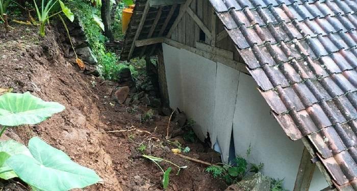 Rumah warga yang terkena tanah longsor usai hujan lebat mengguyur Trenggalek, Jumat (2/4/2021). (Foto: Zamz/Tugu Jatim)