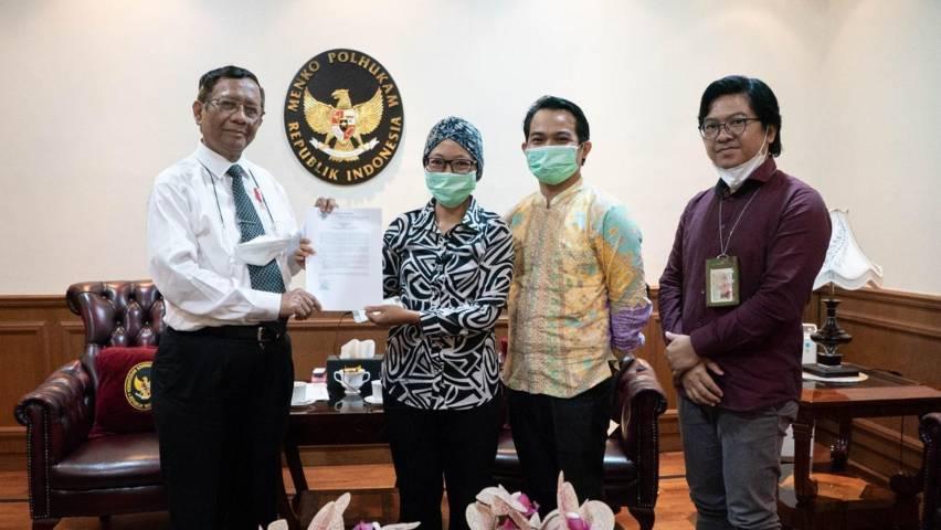 Mahfud MD menerima laporan dari perwakilan AJI Indonesia dan LBH Pers di Kantor Kemenko Polhukam, Kamis (1/4/2021) di Jalan Merdeka Barat, Jakarta. (Foto: Dokumen/AJI Indonesia)