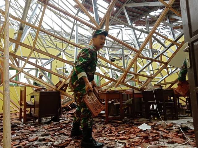 Tim gabungan dari TNI dan Polri melakukan evakuasi reruntuhan di MAN 2 Turen, Malang, Minggu (11/4/2021). (Foto: M Sholeh/Tugu Malang/Tugu Jatim)