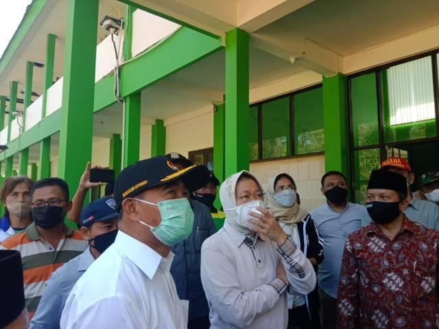 Mensos, Tri Rismaharini dan Menko PMK, Muhadjir Effendy saat meninjau MAN 2 Turen Malang usai diguncang gempa berkekuatan M6,1, Sabtu (10/4/2021) kemarin. (Foto: M Sholeh/Tugu Malang/Tugu Jatim)