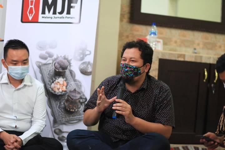 CEO Tugu Media Group menjadi moderator dalam sesi diskusi Malang Jurnalis Forum di kantor Tugu Media Group, Sawojajar, Kota Malang, Jumat (30/4/2021). (Foto: Dani Kristian/Tugu Malang/Tugu Jatim)