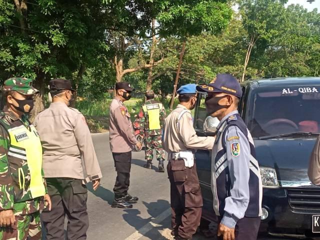 Kondisi penyekatan kendaraan di perbatasan wilayah Jatim-Jateng di Kecamatan Jatirogo, Kabupaten Tuban. (Foto: Mochamad Abdurrochim/Tugu Jatim)