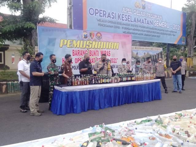 Polrestabes Surabaya melakukan pemusnahan total 4.696 berbagai jenis miras yang dijaring pada operasi pekat 22 Maret 2021-02 April 2021. (Foto: Rangga Aji/Tugu Jatim)