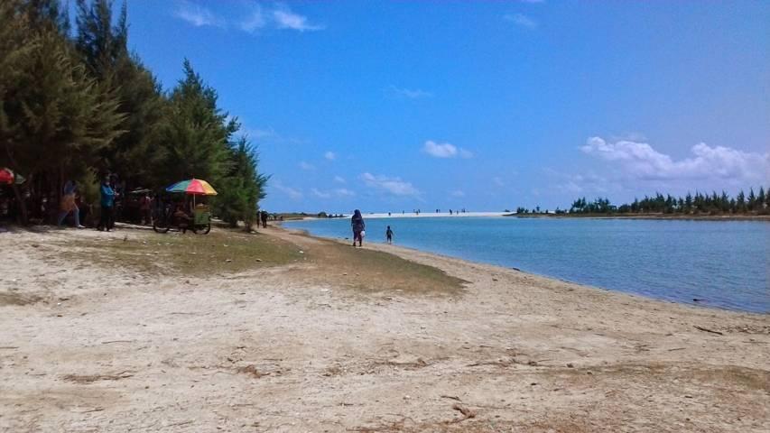 Pantai Remen atau Pantai Pasir Putih di Tuban merupakan salah satu rekomendasi destinasi wisata pantai yang patut Anda kunjungi. (Foto: Dokumen/Pemkab Tuban)