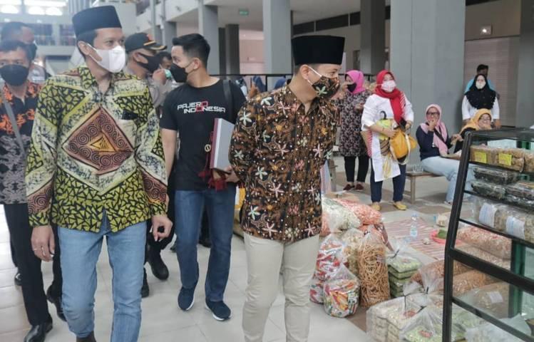 Bupati Trenggalek Moch. Nur Arifin membuka aktivitas perdagangan Pasar Pon Trenggalek. (Foto: Humas Pemkab Trenggalek)