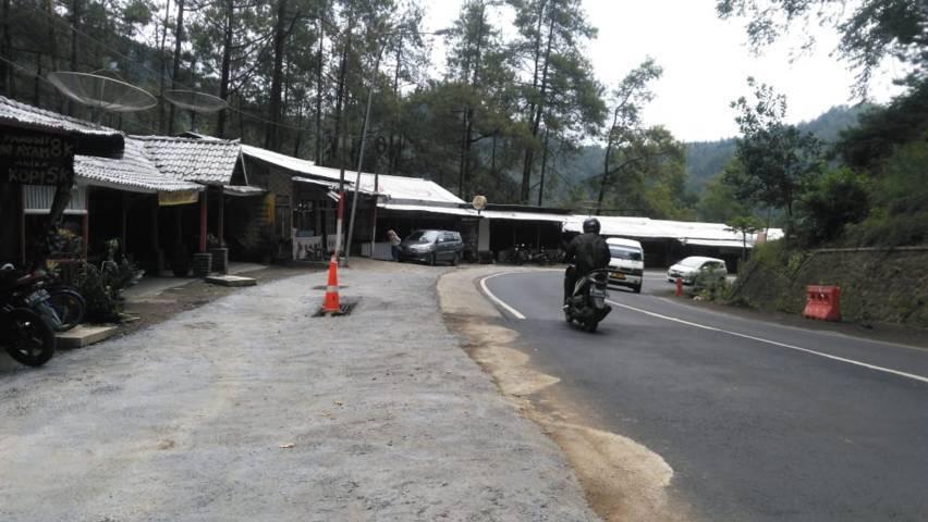 Bahu jalan kawasan Wisata Payung, Kota Batu yang telah dilakukan perbaikan. (Foto: M Sholeh/Tugu Malang/Tugu Jatim)