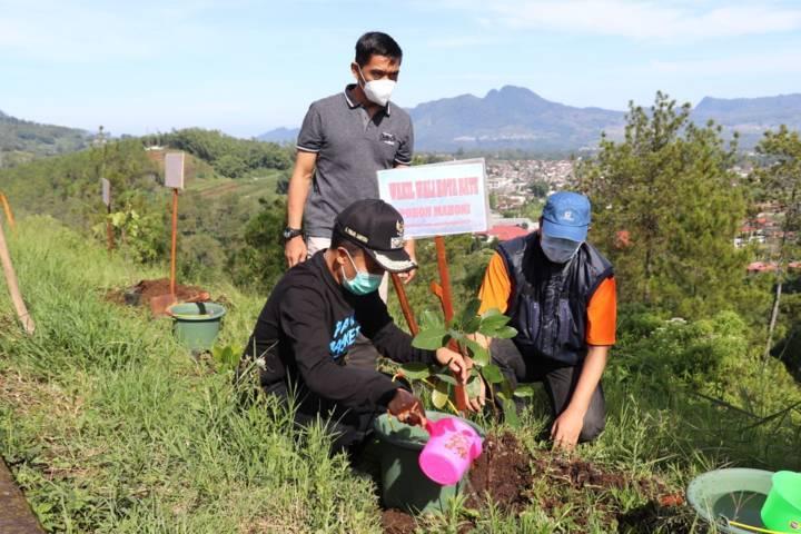 Wakil Wali Kota Batu, Punjul Santoso menanam bibit pohon (Foto: Diskominfo Kota Batu)