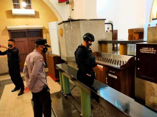 Tim Jihandak Detasemen Gegana Brimob Polda Jatim kembali melakukan sterilisasi gereja jelang puncak perayaan Paskah 2021 di Gereja Katedral Ijen, Kota Malang, Minggu (4/4/2021). (Foto : Polresta Malang Kota)