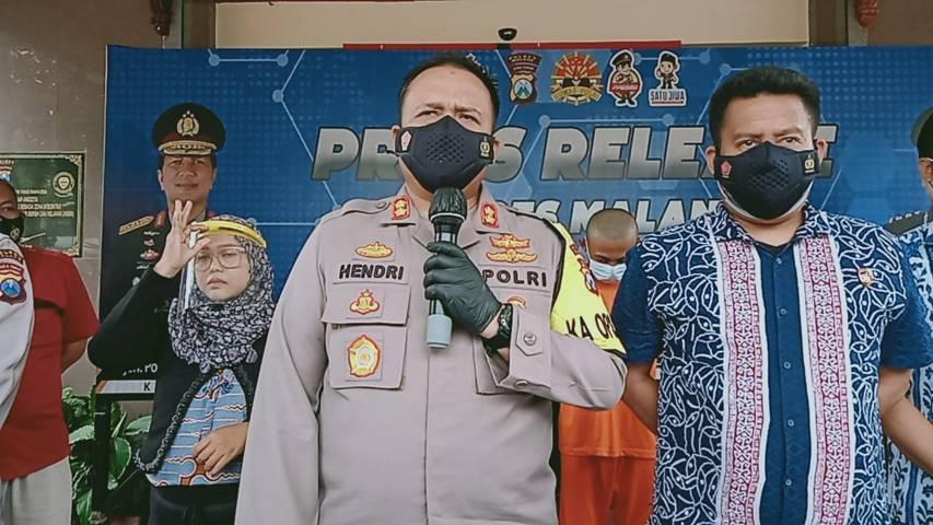 Kapolres Malang, AKBP Hendri Umar dalam sesi konferensi pers terkait kasus kematian perempuan terbungkus karpet di kebun tebu di Malang, Jumat (30/4/2021). (Foto: Rizal Adhi/Tugu Malang/Tugu Jatim)