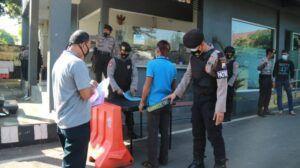 Masyarakat yang datang ke Mako Polres Tuban juga diperiksa badan maupun barang bawaannya dengan menggunakan metal detektor. (Foto: Humas Polres Tuban)