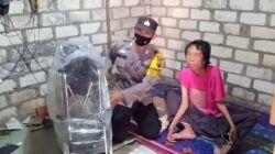 Bripka Puguh Prasetyo, anggota Bhabinkamtibmas Polsek Rengel Polres Tuban ketika memberikan hadiah kuris roda kepada Sungkono. (Foto: Dokumen/Polres Tuban)