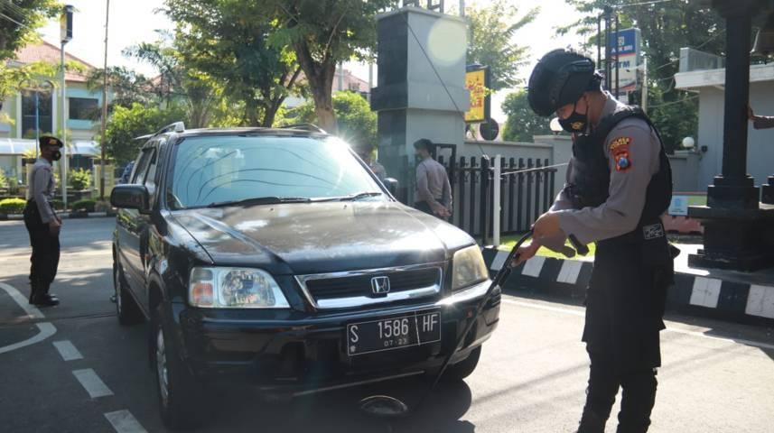 Satu per satu mobil yang masuk ke wilayah Mako Polres Tuban diperiksa menggunakan mirror detector. Tak hanya itu, masyarakat juga diperiksa badan maupun barang bawaannya dengan menggunakan metal detektor. (Foto: Humas Polres Tuban)