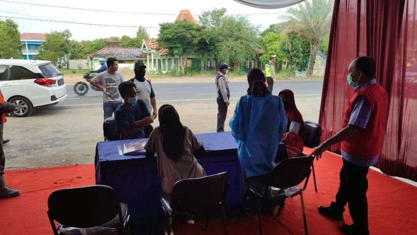 Suasana salah satu pos penyekatan di Kabupaten Tuban. (Foto: Mochamad Abdurrochim/Tugu Jatim)
