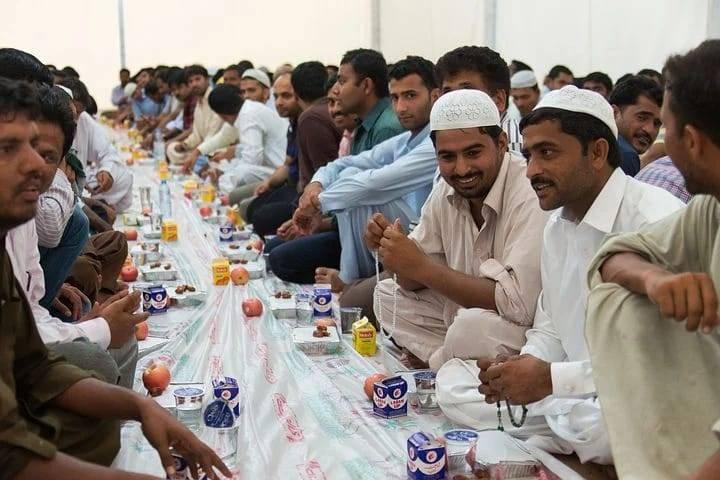 Ilustrasi orang berbuka puasa saat bulan Ramadan. (Foto: Pixabay)