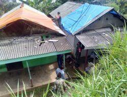 Anggota Koramil 16/Puspo Bantu Warga Terdampak Puting Beliung