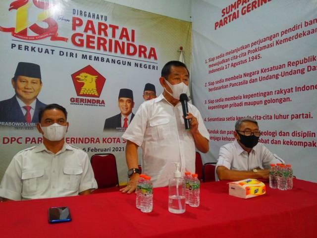 BF Sutadi, Ketua DPC Partai Gerindra Surabaya menyampaikan kegiatan bakti sosial membagi sembako di DPC Partai Gerindra, Jumat (30/04/2021). (Foto: Reni Novitasari/Tugu Jatim)