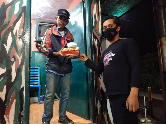 Selain ke panti asuhan, tim juga membagikan paket buka puasa kepada satpam, tukang parkir, hingga warga yang hidup sebatang kara. (Foto: Dokumen/Tugu Jatim)