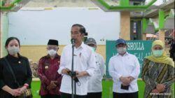 Presiden Joko Widodo (Jokowi) ketika meninjau korban gempa di Desa Majang Tengah, Kecamatan Dampit, Kabupaten Malang, Kamis (29/4/2021). (Foto: YouTube/Sekretariat Presiden)