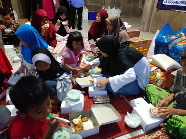 Suasana buka bersama di Panti Asuhan Yasibu, Kota Malang, Jumat (30/4/2021). (Foto: Dwi Lindawati/Tugu Jatim)