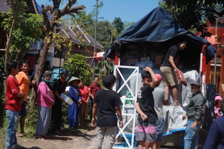 Masyarakat menyambut bantuan Tugu Media di Desa Majang Tengah Kecamatan Dampit. (Foto: Bayu Eka/Tugu Malang/Tugu Jatim)