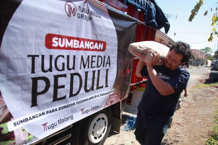 CEO Tugu Media Group, Irham Thoriq ketika ikut membantu menyalurkan bantuan dari pembaca Tugumalang.id dan Tugujatim.id ke para korban gempa Malang di Kecamatan Dampit, Kabupaten Malang, Selasa (27/4/2021). (Foto: Bayu Eka/Tugu Malang/Tugu Jatim)