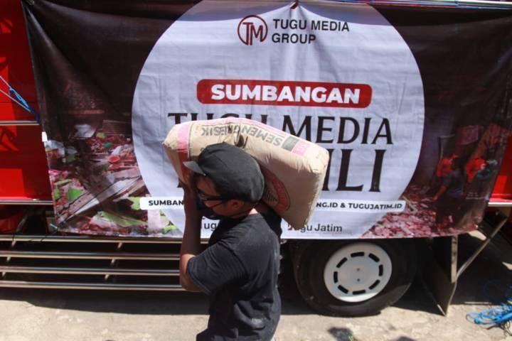 Kru dari Tugu Media Group tak hanya membawa sembako, tetapi juga semen untuk membantu rumah warga yang rusak. (Foto: Bayu Eka/Tugu Malang/Tugu Jatim)