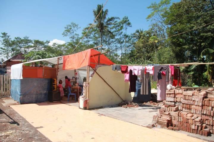 Suasana rumah warga yang roboh dan tak memiliki atap pasca-gempa bumi bermagnitudi 6,1 yang mengguncang Malang beberapa waktu lalu. (Foto: Bayu Eka/Tugu Malang/Tugu Jatim)