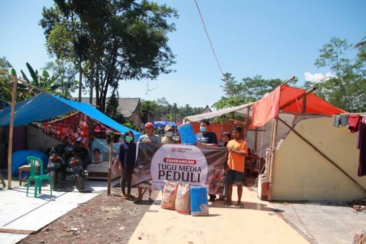 Penyaluran bantuan dari Tugu Media Group kepada para korban gempa Malang. (Foto: Bayu Eka/Tugu Malang/Tugu Jatim)