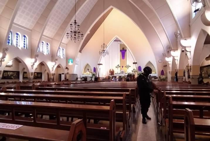 Tim Jihandak Detasemen Gegana Polda Jatim saat melakukan sterilisasi di Gereja Karmel (Katedral Ijen), Kamis (1/4/2021). (Foto : Azmy/Tugu Malang/Tugu Jatim)