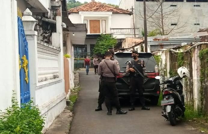 Suasana penggeledahan yang dilakukan pihak kepolisian di rumah terduga teroris di Rengel, Tuban. (Foto: Mochamad Abdurrochim/Tugu Jatim)