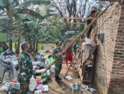 Para personel TNI dari Kodim Pasuruan melakukan Karya Bakti pasca-puting beliung di Kecamatan Bangil, Pasuruan. (Foto: Kodim Pasuruan)