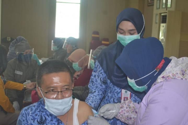 Wakil Wali Kota Batu, Punjul Santoso menjalani vaksinasi Covid-19 beberapa waktu lalu. (Foto: Dokumen/Tugu Malang)
