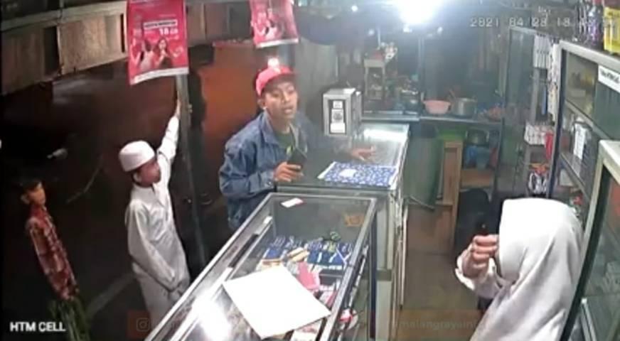 Tangkapan layar adegan kekerasan pria di konter HP di bilangan Cukam, Kebalen Wetan, Kota Malang. (Foto: Dokumen/Tugu Malang/Tugu Jatim)