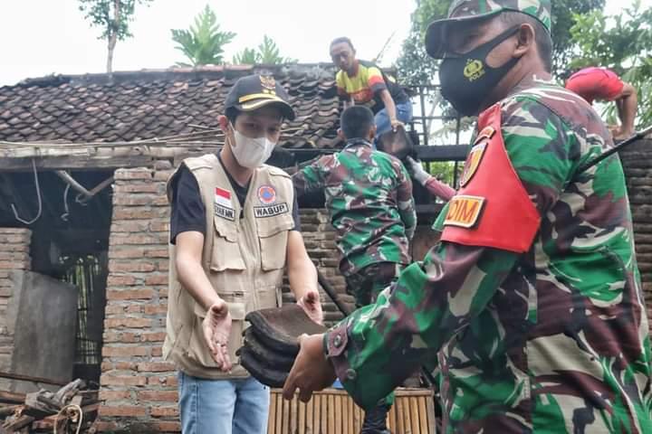 Wakil Bupati Trenggalek bersama Dandim 0806 Melaksanakan Gotong Royong di Rumah Masyarakat. (Foto: M Zamzuri/Tugu Jatim)