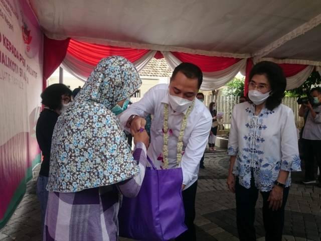 Caption Foto: Wali Kota Surabaya, Eri Cahyadi memberi bingkisan dan/atau penyerahan simbolis sembako kepada pasien di Taman Paliatif, Kamis (01/04/2021) siang. (Foto: Rangga Aji/Tugu Jatim) obat kanker