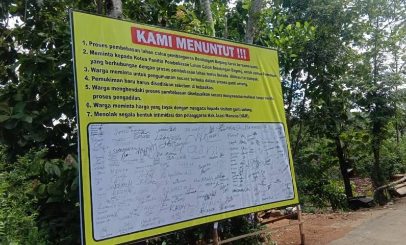 Tuntutan warga Desa Sumurup, Kecamatan Bendungan, Kabupaten Trenggalek berupa tanda tangan. (Foto: M Zamzuri/Tugu Jatim)