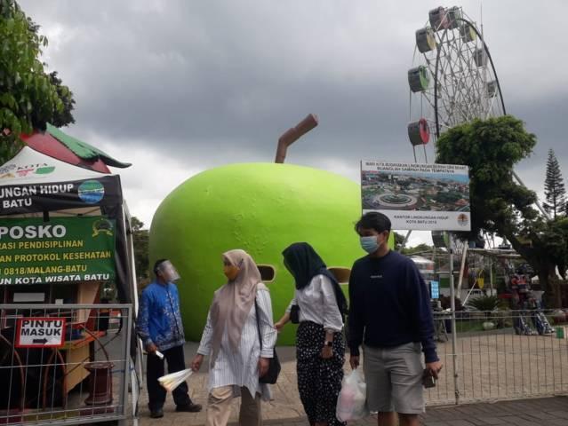 Beberapa pengunjung dan wisatawan tampak mulai berdatangan di Alun-alun Kota Batu. (Foto: M Sholeh/Tugu Malang/Tugu Jatim)