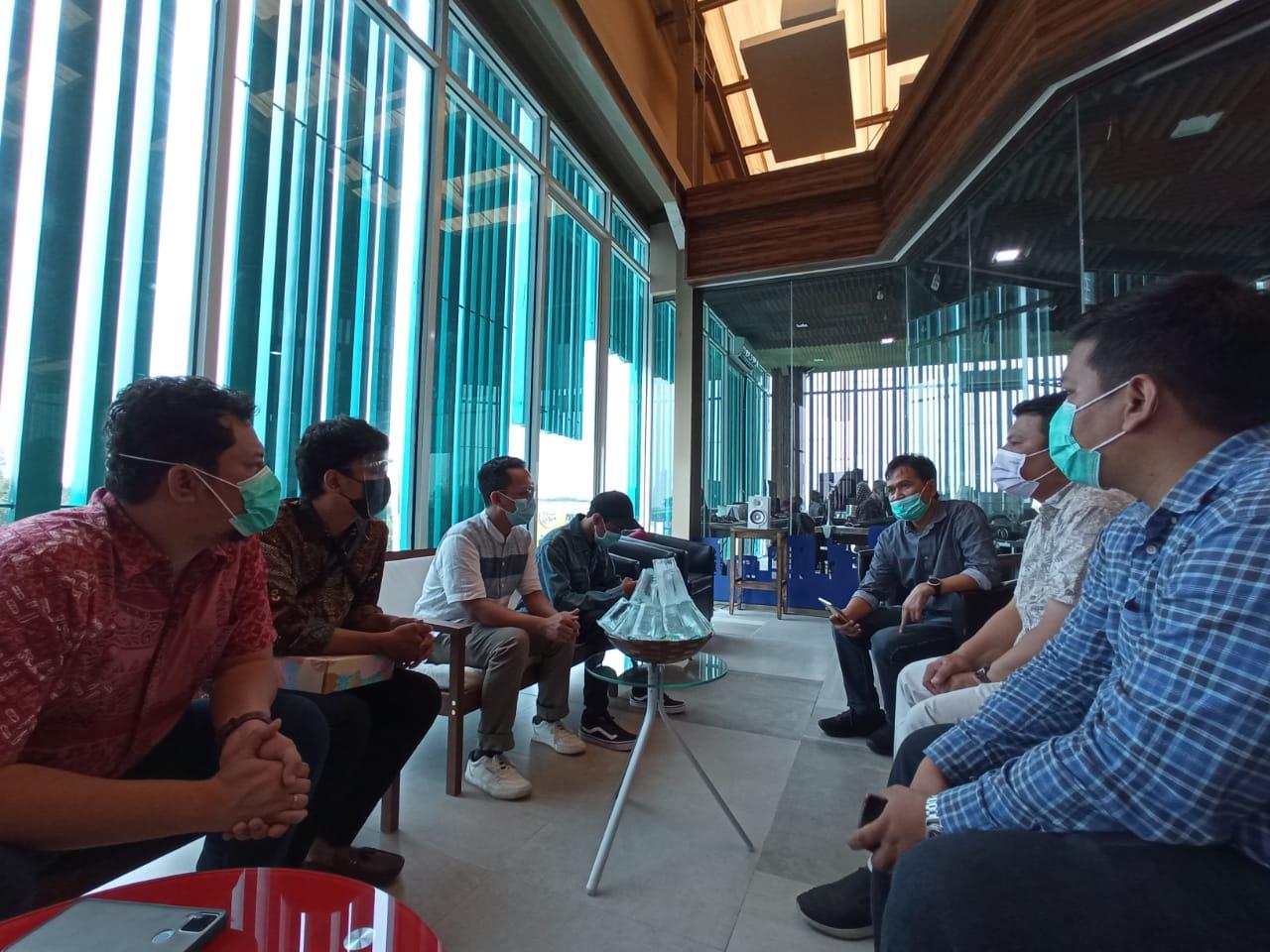 Suasana sharing dan silaturahmi bersama di Media Center Suara Surabaya Eddy Prasetyo. (Foto: Dimas Ari/Tugu Jatim)