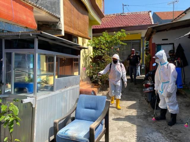 Petugas menyemprot rumah warga Rampal Celaket. (Foto:BPBD Kota Malang/Tugu Jatim)