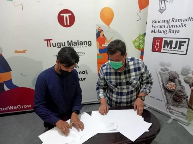 Mharta Adji Wardana selaku Managing Director Aksara Cipta Utama Foundation, dan CEO Tugu Media Group Irham Thoriq saat menandatangani MoU di bidang pendidikan. (Foto: Rap/Tugu Jatim)