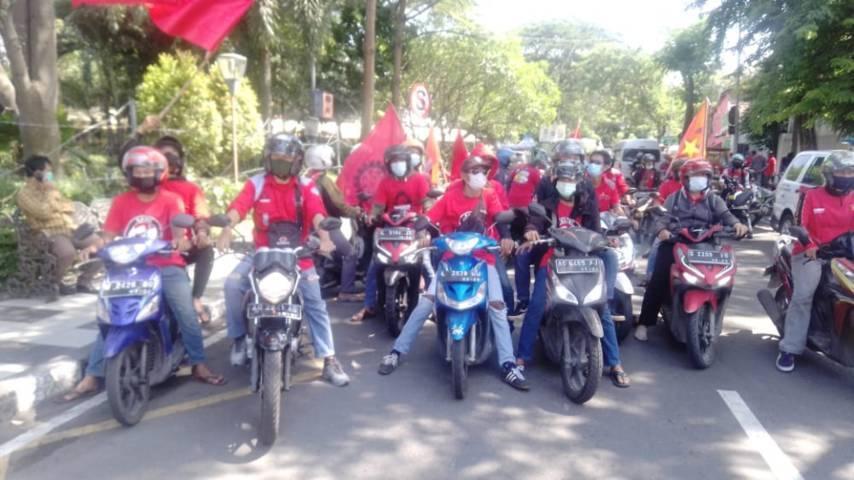 Aksi untuk memperingati May Day. (Foto: Rangga Aji/Tugu Jatim)